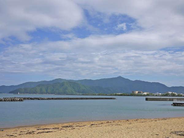 当館目の前の人魚の浜海水浴場。海に沈む夕日は絶景です♪