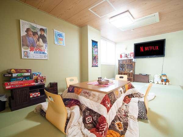 一階のリビングルーム。掘り炬燵で動画配信サービスを楽しめます。!