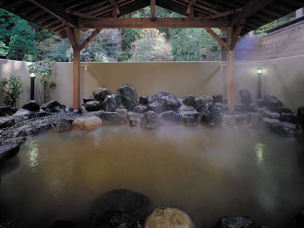 お市の方も浸かったと言われている、歴日ある名湯。茶褐色の温泉をご堪能ください。
