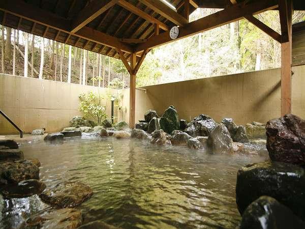 須賀谷温泉にゆっくりつかれる大浴場の露天風呂