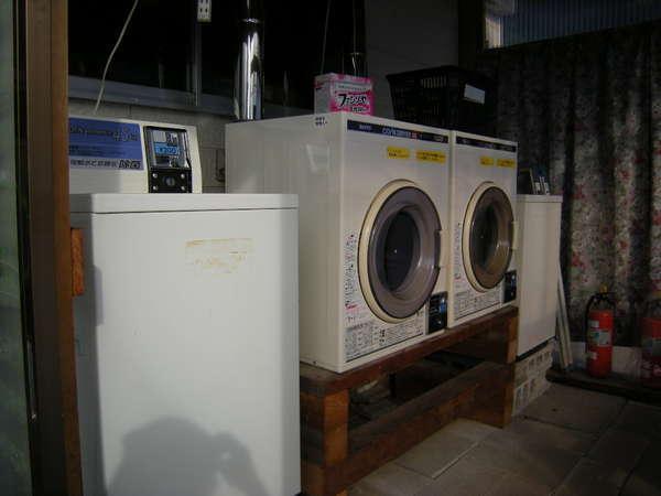 ランドリー。洗濯200円。乾燥30分100円です。洗剤は無料です。