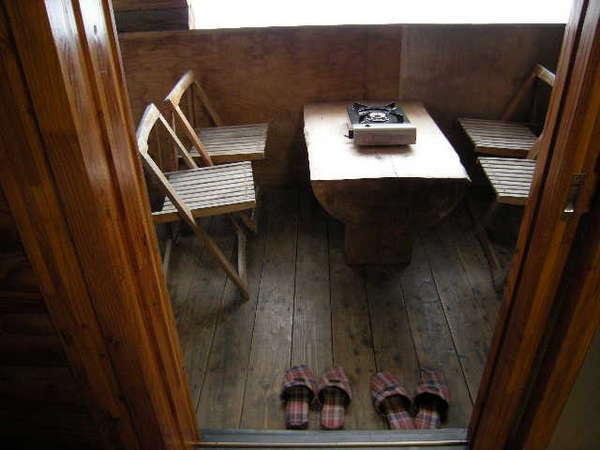 5月~9月にベランダ備え付けのカセットコンロにてジンギスカンや鍋物が可能。風雨除け板も設置。