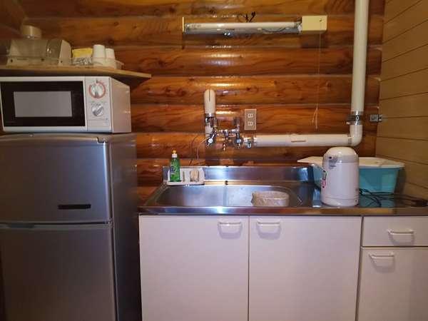 簡易キッチン、電子レンジ、湯沸かしポット、グラス、カップ、お茶、コーヒー、洗剤、包丁まな板