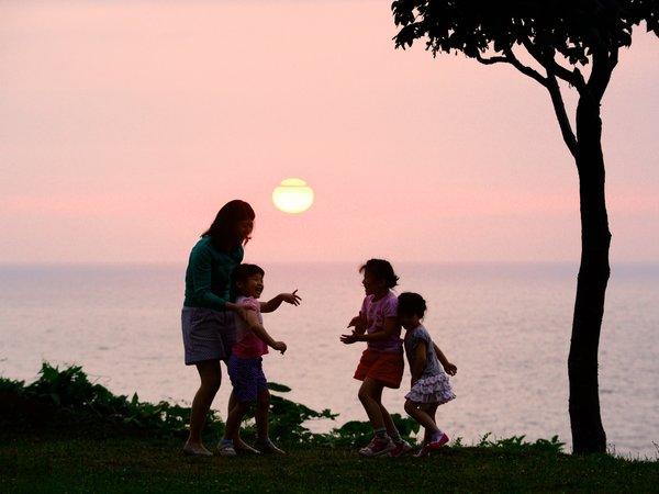 ホテル中庭から望む雄大な夕日。大切な方との思い出に…。(6月頃)