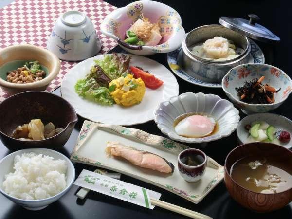 妙高産コシヒカリと温泉卵の和朝食。