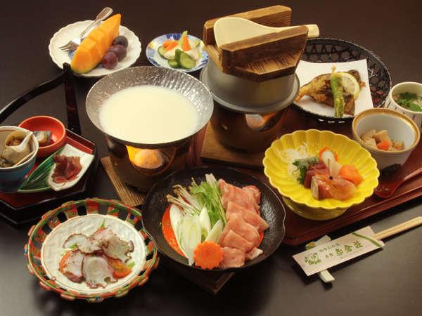 品数多めのグレードアッププラン。山菜釜飯×もち豚豆乳鍋。