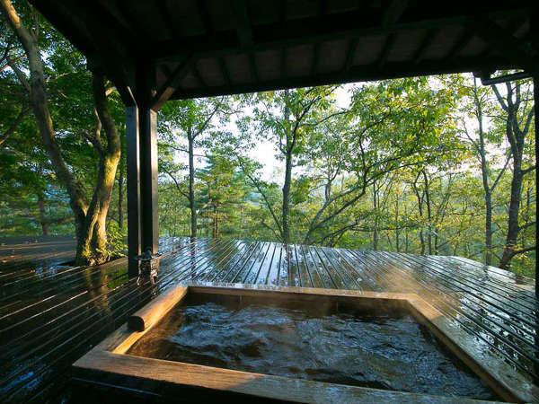 客室露天風呂や内湯が付いた離れもございます。