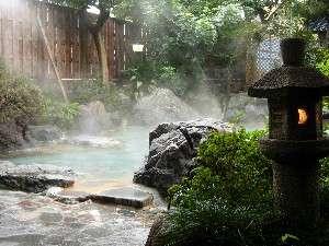 """庭園を思わせる露天風呂は""""癒し""""のひとときをお過ごしいただけます。(写真は頼朝の湯)"""