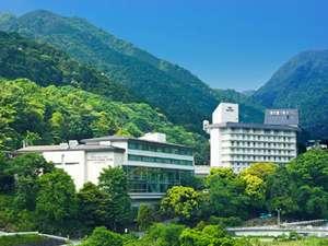 新緑の頃のホテル外観