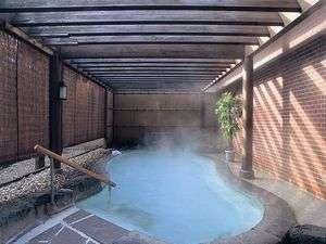 【露天風呂】陽射しが優しく零れ落ちてくるようで、心地よい入浴時間を過ごすことができる