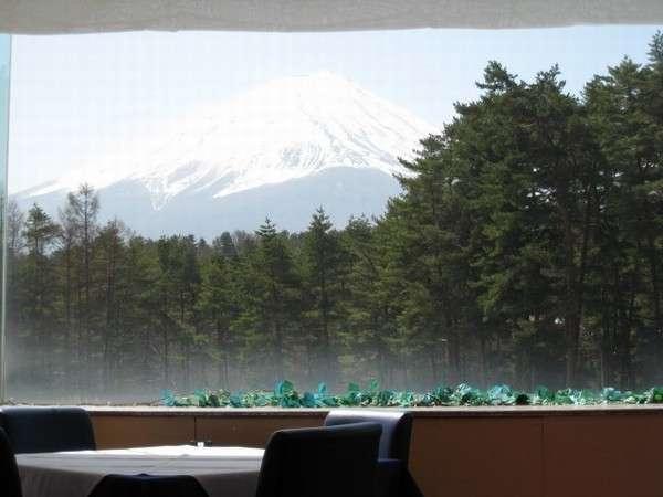 レストランからは美しい富士山を一望。冬はまた格別