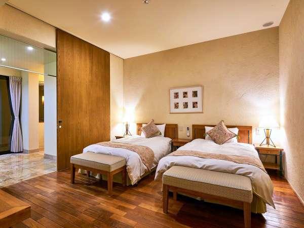 【ヴィレッジ・フォースルーム】ツインベッドが2つのお部屋にわかれている広々4ベッドルーム(客室一例)