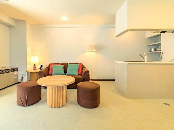 【スポルシオン】非日常を感じるリビングでのんびりお過ごしください※客室一例