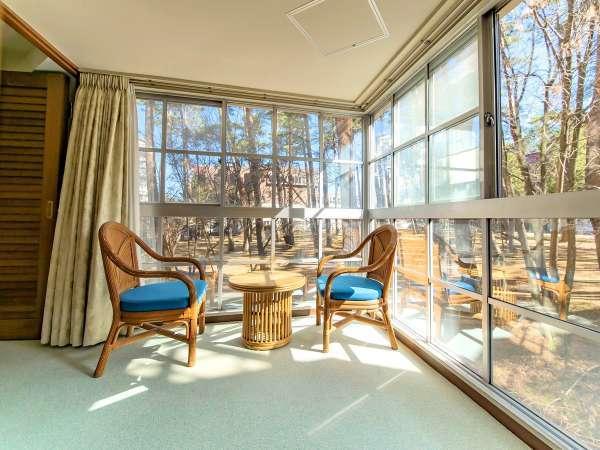 【スポルシオン】テラスの窓からは富士山麓の自然あふれる風景がご覧いただけます※客室一例
