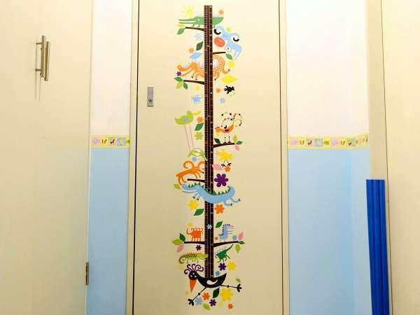 【スポルシオン ベビールーム】お部屋の入り口には身長計♪お子様の成長をお楽しみください※客室一例