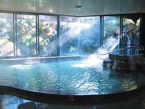 滝の音が心地良い温泉大浴場は深夜2時まで入浴可能。