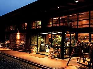 本館は夜になると暖色の光が建物全体を浮かび上がらせます。昼間とは全く違う幻想的な佇まいです。