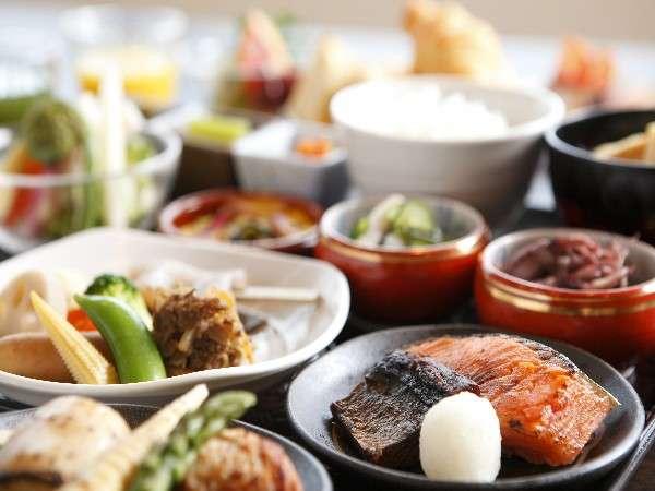 朝食はとにかくメニューが豊富。どれを食べようか選ぶのも楽しい「朝市バイキング」(一例)