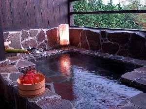 【客室露天風呂】湯布院の街並みを見下ろす絶景の露天風呂