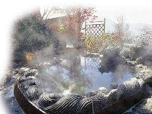 【客室露天風呂】湯煙立ち上る由布院温泉を24時間独り占めに