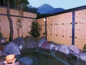 【女性用露天風呂】十分な目隠しで周囲を気にせず入浴できるうえに、由布岳や星空を楽しむことが出来る。