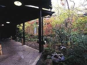 【中庭】中庭を囲む形で10の露天付き客室が並んでおります
