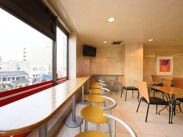 【フロント前ロビー】明るい日差しが差し込むロビーで軽朝食もご用意しております。