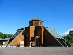 大平原に建つモダンな施設。