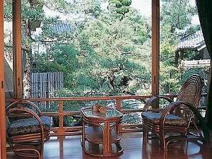 大正時代に造られた庭園を眺めることのできる客室