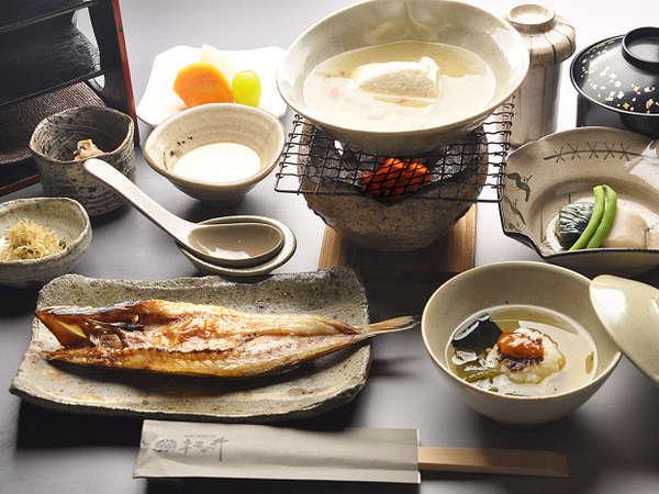 【朝からつ ごはん】自家製の胡麻だれで味わう薬膳湯豆腐が当館の特徴です。