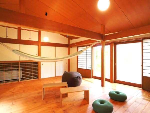 ・あかげらの家 キッチン・お風呂を兼ねそろえた2階建て。ハンモックで森を眺めながらごろ寝がおすすめ。