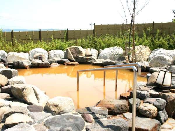 ・赤湯 源泉露天風呂。濃度は温泉法が定める基準値の約30倍と超高濃度。
