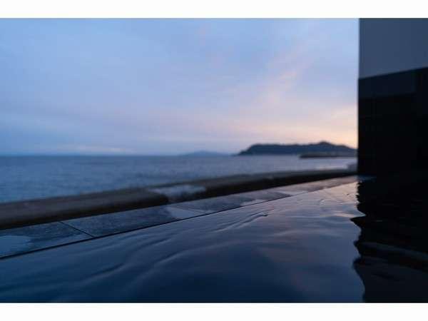 薄暮の露天風呂から望む海景