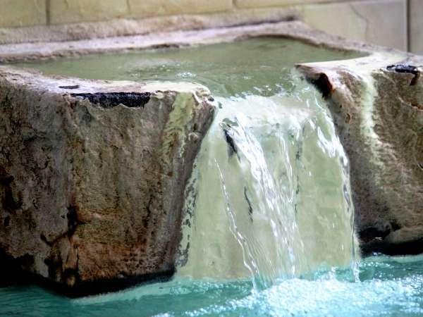 なみなみと湧き出る温泉。見ているだけで温泉の凄さを感じる。