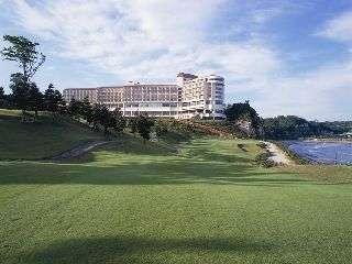緑あふれるゴルフコースから見るホテル棟