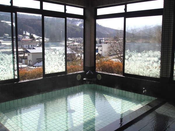 *【源泉100%内湯】内風呂も窓から小野川温泉の町が見渡せます。