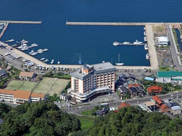 山側から空撮した当ホテルの全景