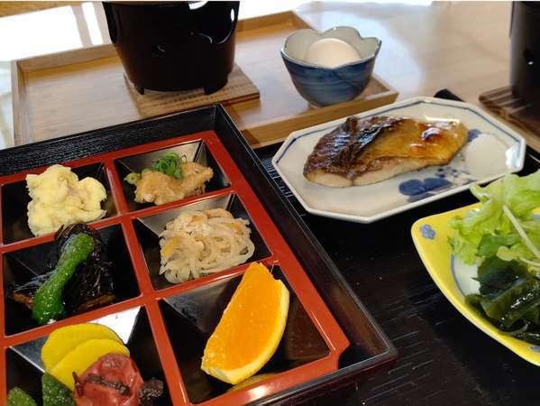 ご宿泊用の朝食。9品のおかず+焼き魚や湯豆腐など。