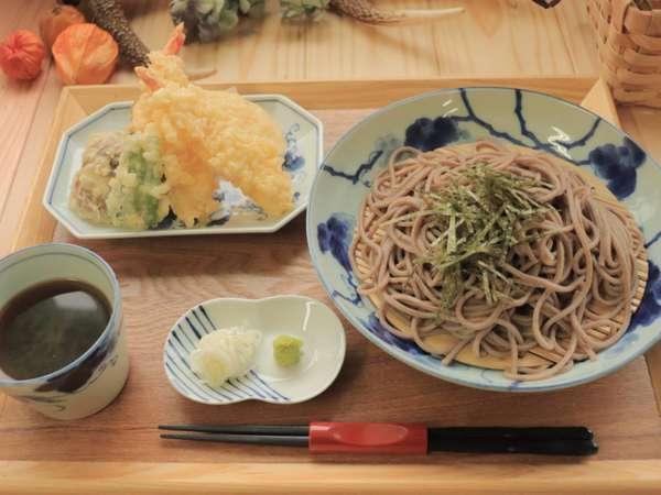 天ざるそば。温かい天ぷらそばも。うどんにも変更できます。ランチにて提供中。