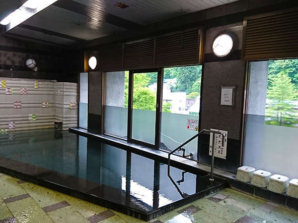 大浴場~こちらの大理石側のお風呂には、サウナも設置されています。