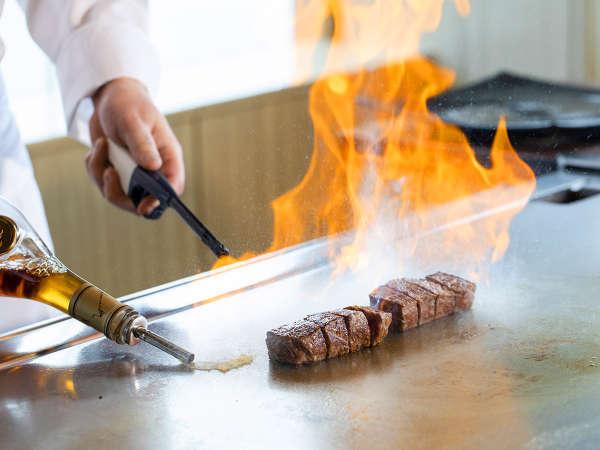職人の技が光る圧巻のパフォーマンス―…絶景を眺め味わう鉄板焼きレストラン