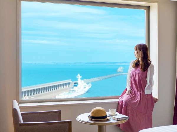 """宗谷湾を眺める寛ぎの時。視界の隅々まで広がる""""最北の海""""をご堪能ください"""
