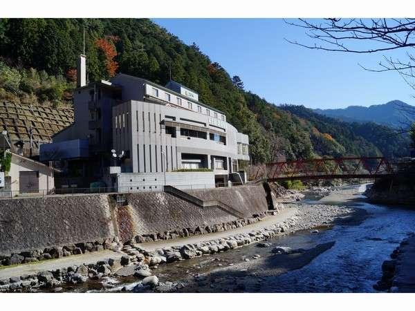 ホテル前 遊べる川