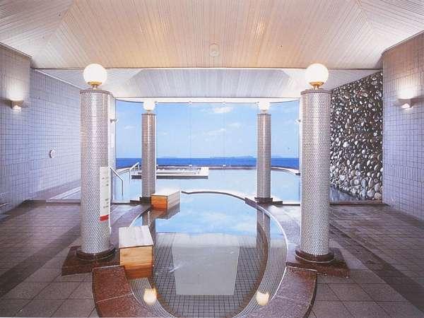 菊ヶ浜の海が一望できる天然温泉大浴場