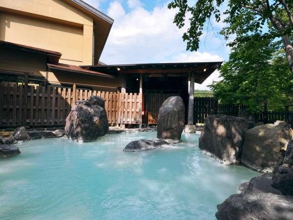 【混浴露天風呂】天気によってお湯の色が変わって見えます