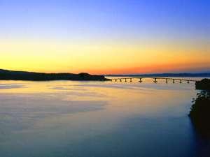 白鵬殿から望む朝焼けの能登島大橋