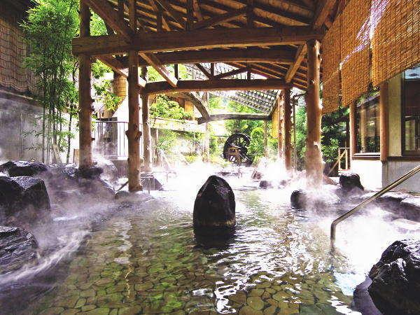 広々とした逢水の湯、ジェットの泡が気持ちいい寝湯、腰くらいの深さの歩行湯も備える露天風呂。