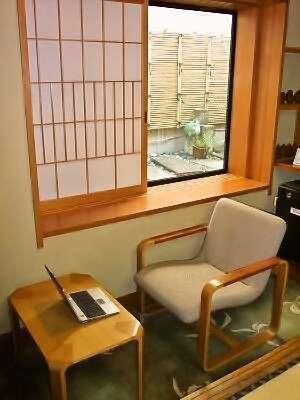 部屋「東雲」。ビジネスマンの方にも快適!ラップトップパソコンも広げられる机付の広縁付です