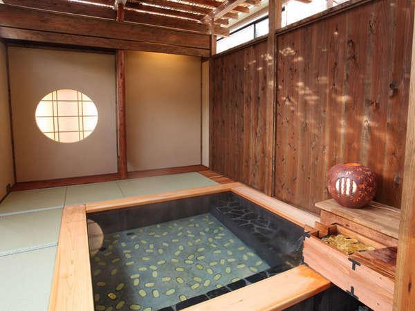 小判が沈んでいるように見える開運茶室露天風呂