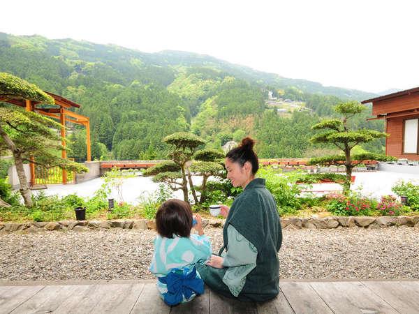 まぶしい緑と、四季の花々が彩る美しき渓谷。いつか見た日本の原風景がここに。
